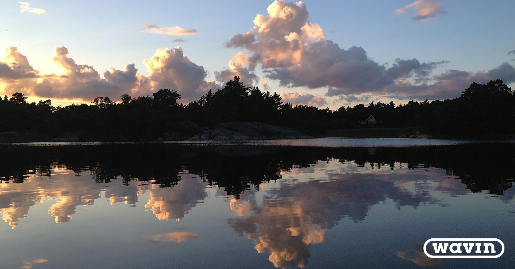 Suomen noin puolesta miljoonasta kesämökistä yli puolet sijaitsee pohjavesialueella tai sadan metrin säteellä vesistöstä.
